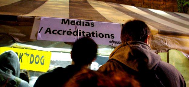 Passage par le stand médias pour retirer nos accréditations. Astropolis 2013. Crédits La Déviation