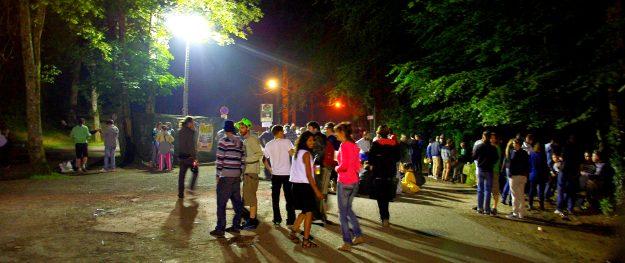 Autant de monde à l'extérieur qu'à l'intérieur du festival. Astropolis 2013. Crédits La Déviation