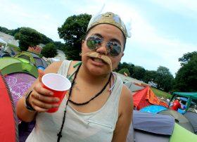 Festivalière des Vieilles Charrues 2013 au camping. Crédits Suzy Colin