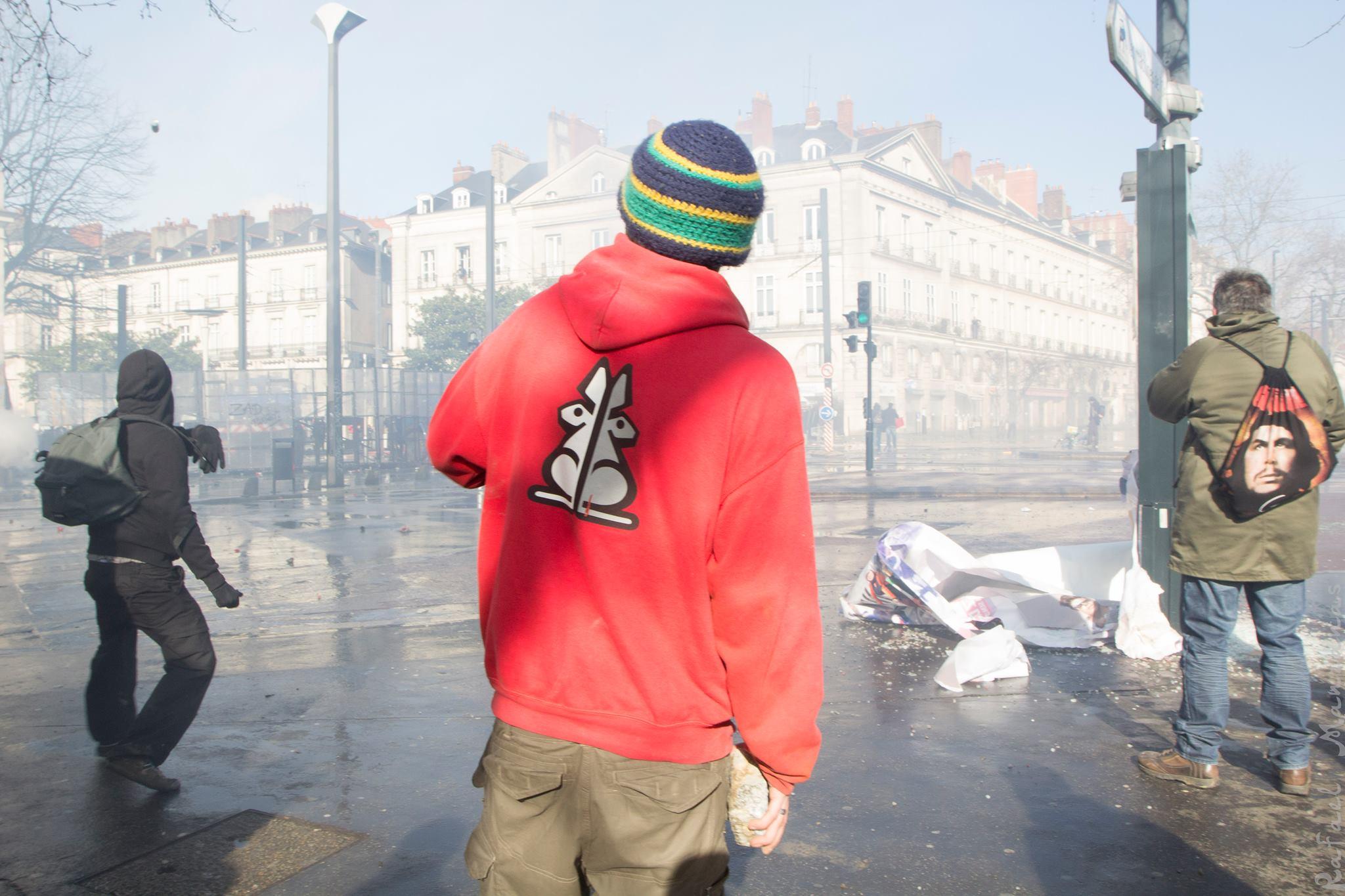 Manifestant en rouge - Manifestation Nantes NDDL 22 février 2014 - Crédits Rafael Manzanas - La Déviation