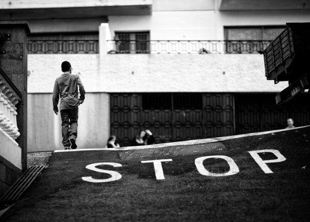 Stop par Ulf Godin, licence CC-BY-NC-SA, disponible ici