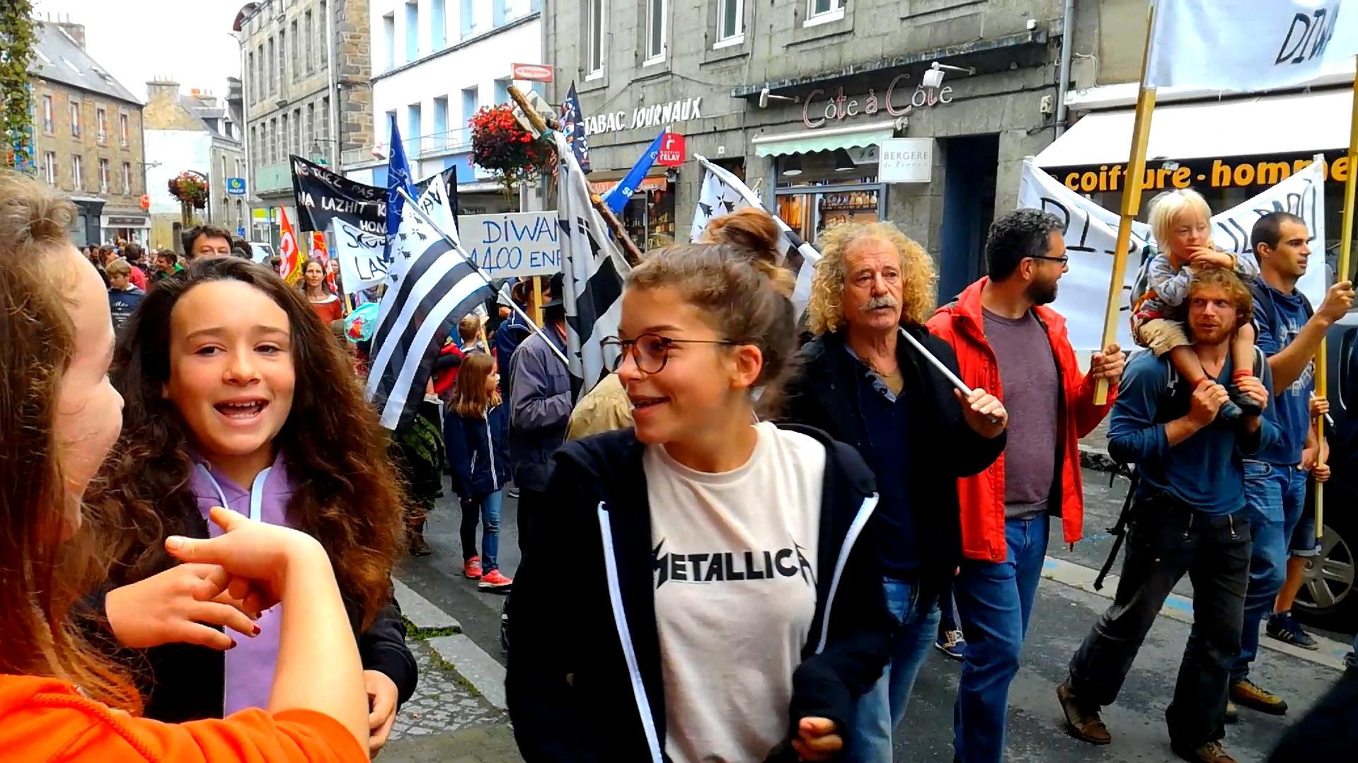 Manifestation à Guingamp pour la défense de l'école Diwan - La Déviation