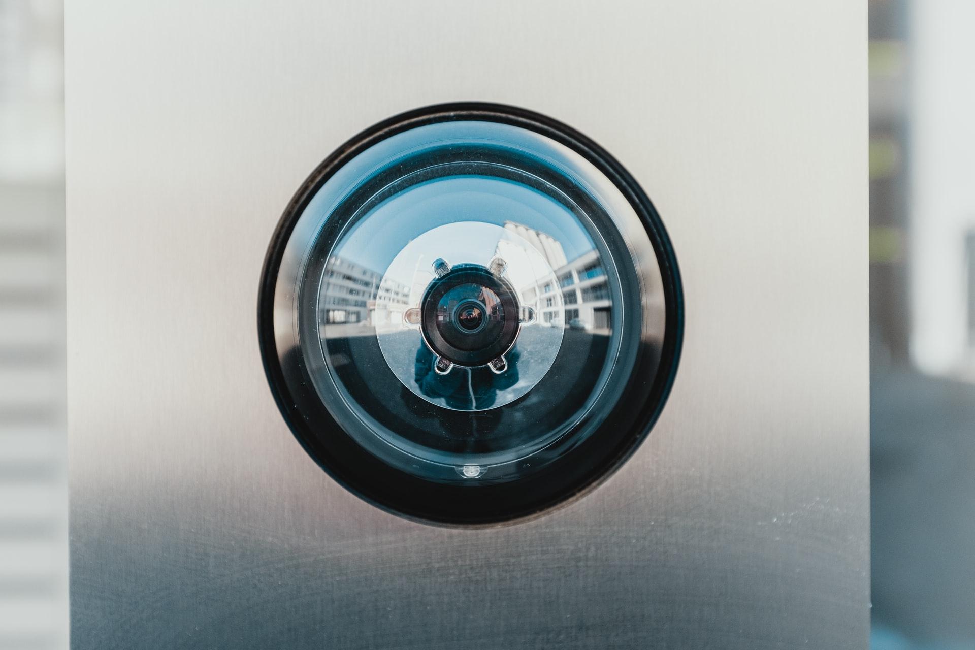 200331 - Caméra de surveillance Louvain Belgique by Bernard Hermant Licence Unsplash - La Déviation