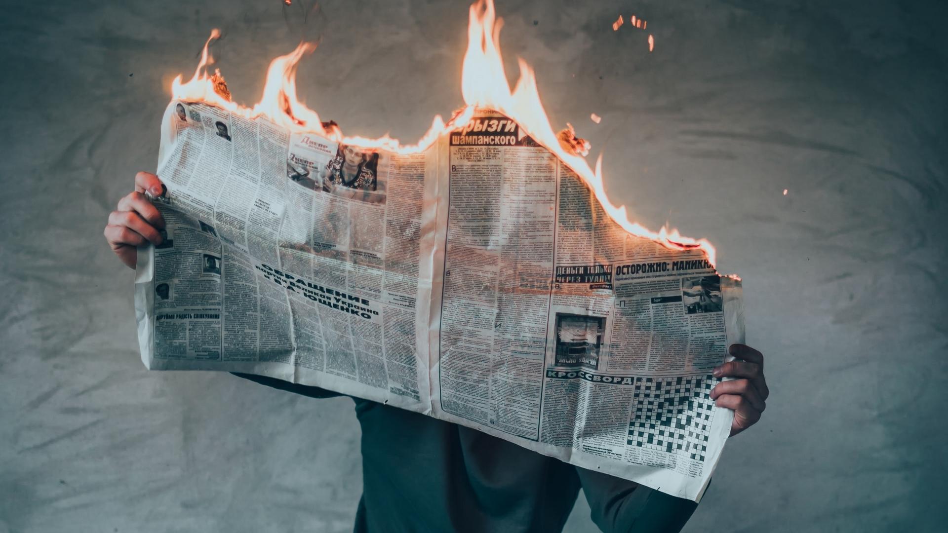 200401 - Newspaper burn by Elijah O'Donnell Licence Unsplash - La Déviation