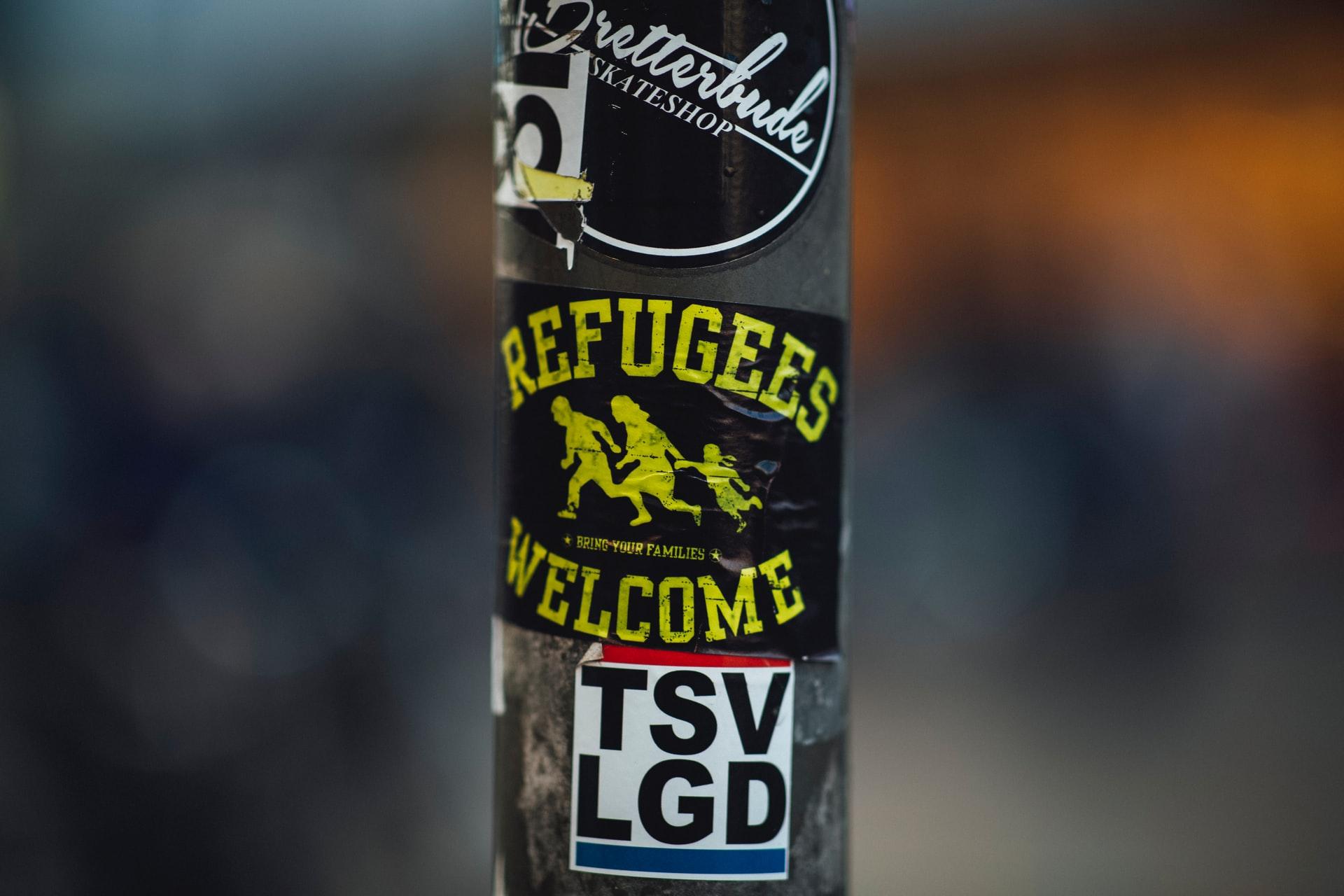 200605 - Autocollant Refugees Welcome sur un poteau à Erlangen en Allemagne by Markus Spiske Licence Unsplash - La Déviationd